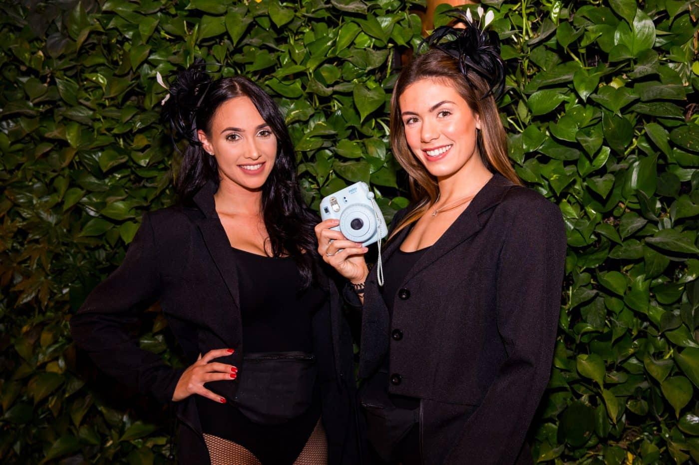 Polaroiddames bij bedrijfsfeest