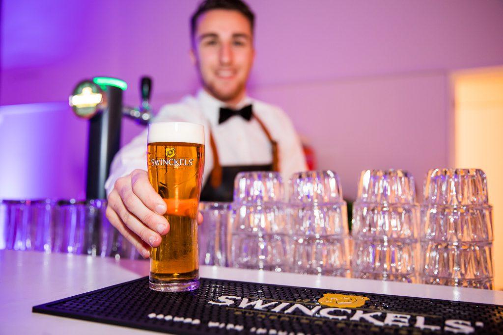Barman tijdens bedrijfsfeest Gooiland