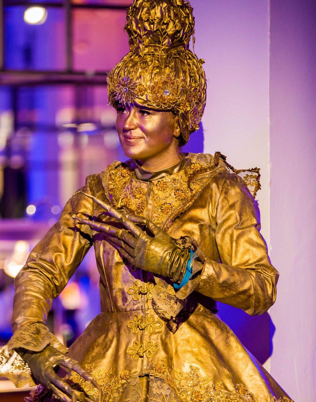 Levend standbeeld hostess bij bedrijfsfeest Gooiland