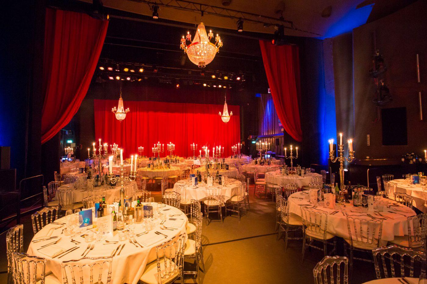 Diner op het podium van het Theater bij Gooiland evenementenlocatie
