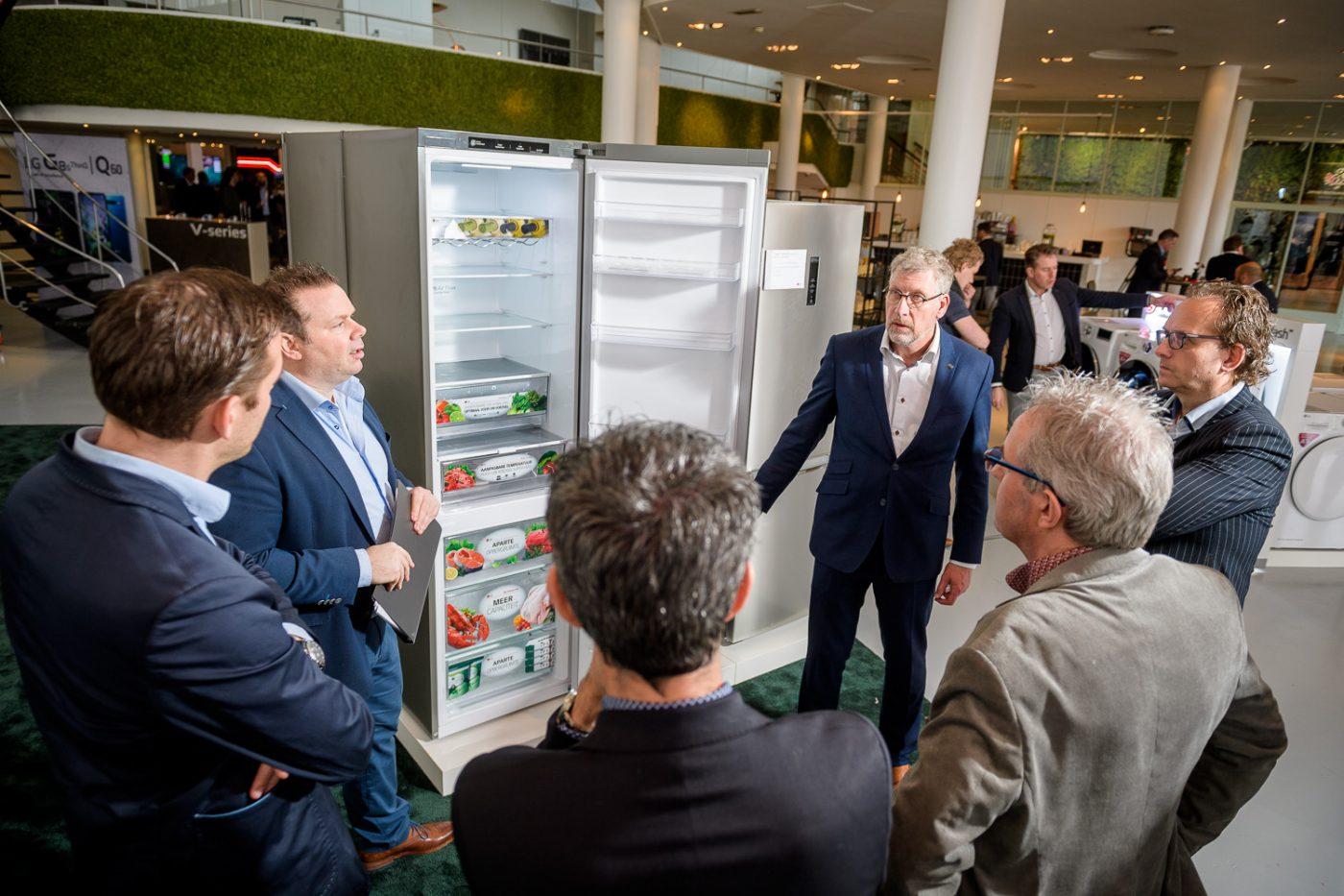 Producten bekijken tijdens een beurs in evenementenlocatie Gooiland