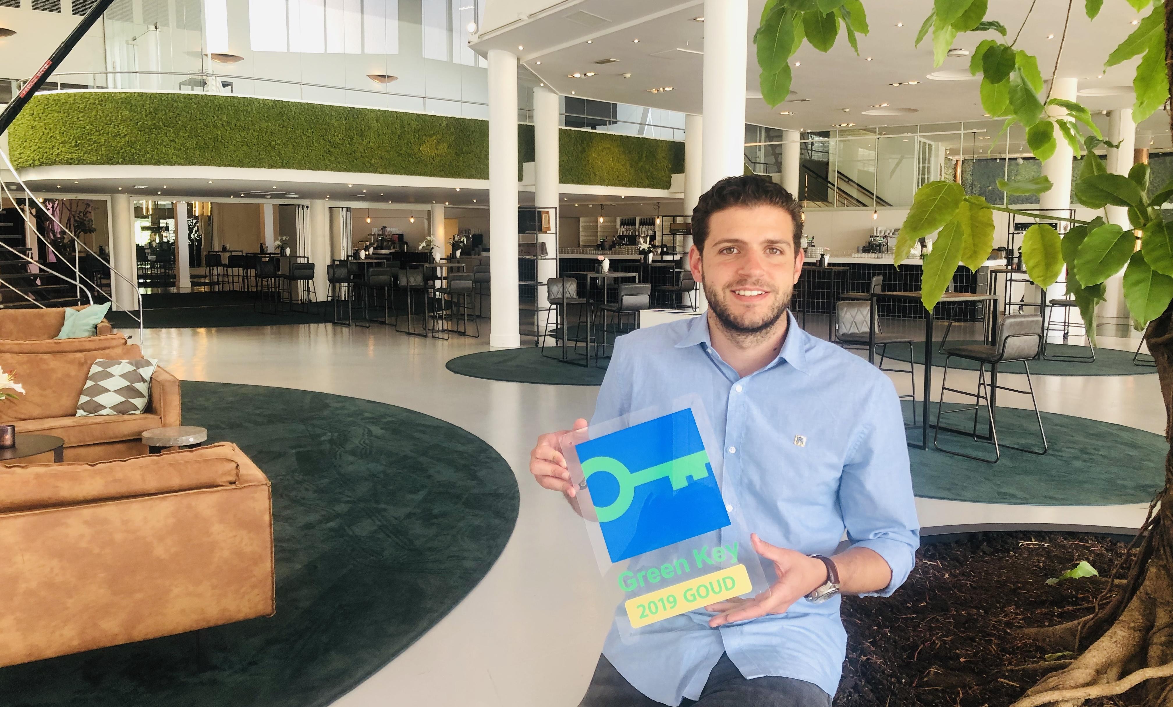 Locatiemanager Mathijs Schnell presenteert met trots het internationale duurzaamheidscertificaat Green Key Goud voor Gooiland.