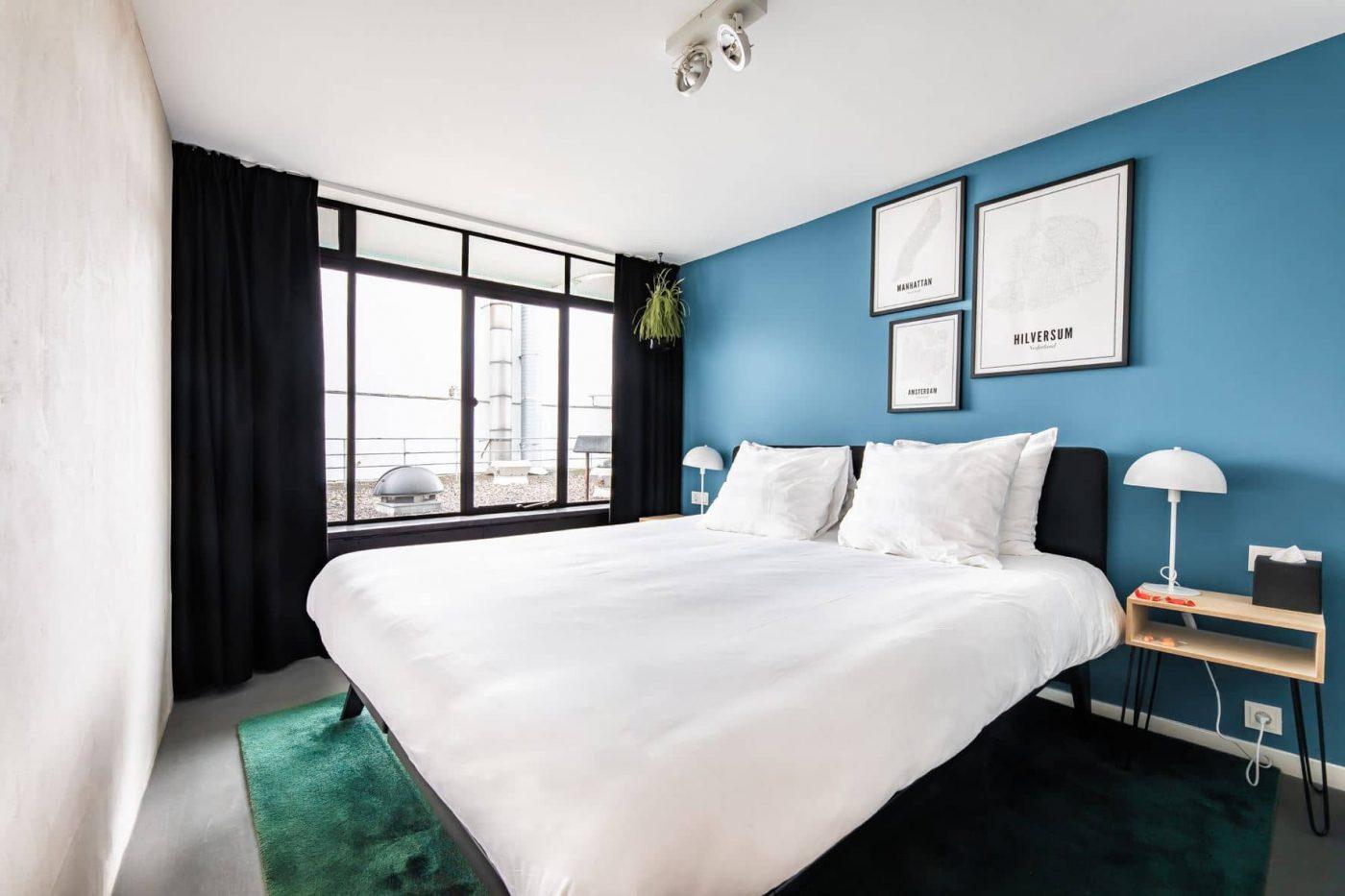 Comfortkamer met blauwe wand