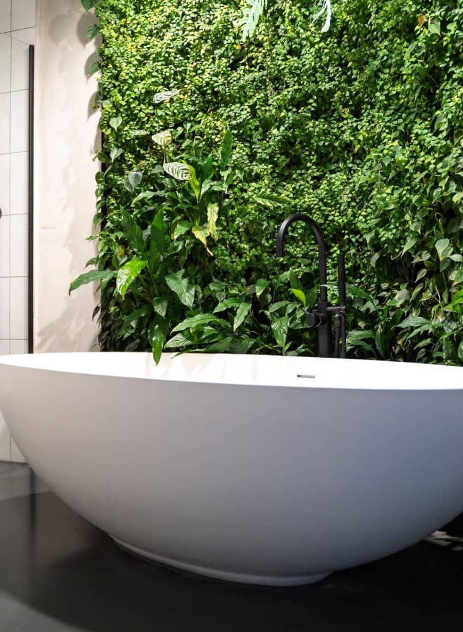 Badkamer suite met plantenwand