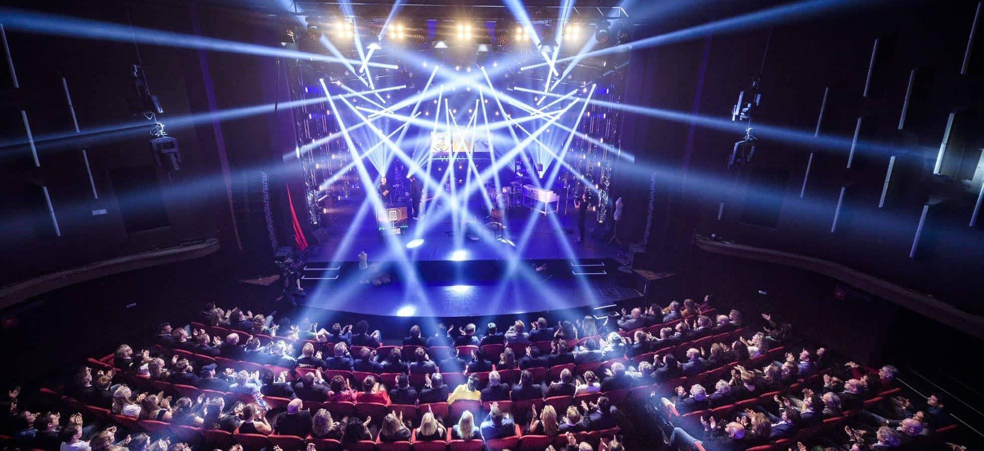 Theaterzaal met lichten vanaf balkon