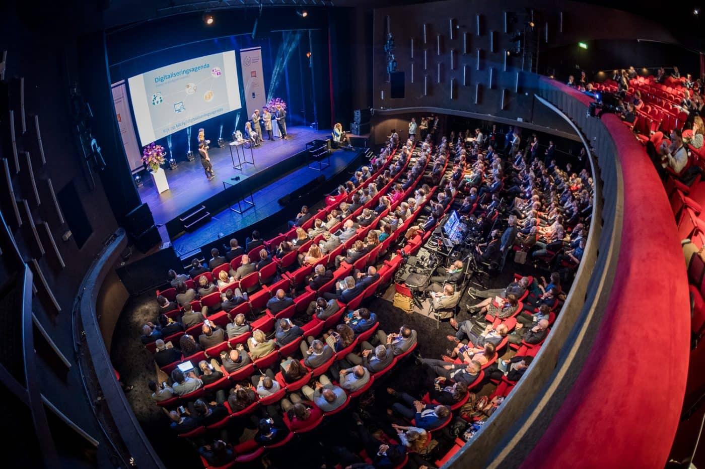 Theaterzaal schuin vanaf balkon